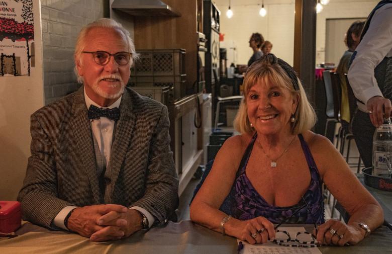 feestelijk geklede en in de lens lachende Christelle en Robert aan de kassa op het 15e Salon van Madame Yvonne