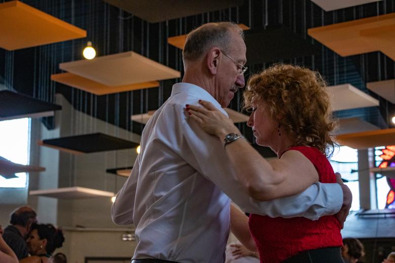 paar in tango-embrace op het 15e salon van Madame Yvonne