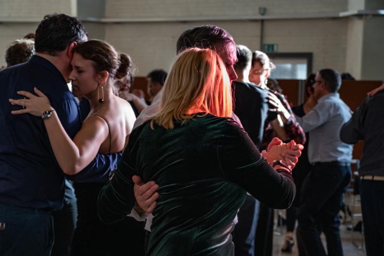 tango dansende paren in een licht van spel en schaduw tijdens het 15e Salon van Madame Yvonne